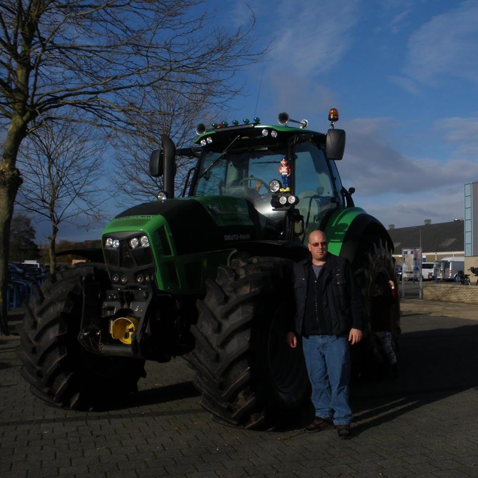 Hendrik Talen naast zijn tractor